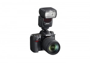 Nikon D7000 mit dem Blitzgerät SB-700 Bild: Nikon