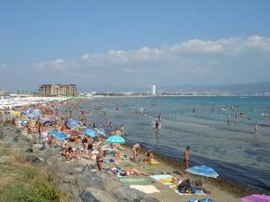 Kilometerlanger Sandstrand voller Touristen ...