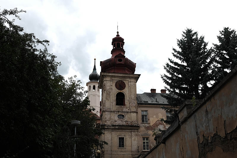 Renovierbedürftige Klosterkirche in Kosmonosy