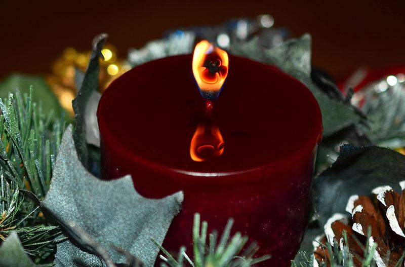 Reflektierende Flamme einer Kerze im geschmolzenem Wachs, Kamera: Nikon D7000 mit 40 mm 2.8 micro